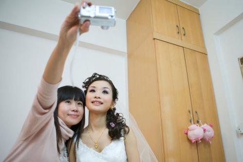 Selfie d'une jeune mariée en Chine qui se prend en photo avec une amie | Philippe DUREUIL Photographie