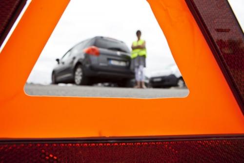 Photo d'un triangle de signalisation à l'arrière d'une voiture en panne