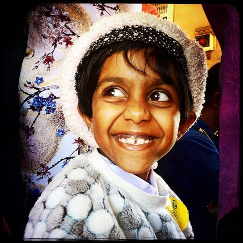 Portrait de la vie quotidienne. Jeune écolière souriante dans le train au Sri-Lanka. Photographie de portrait réalisée avec l'application Hipstamatic sur iPhone | Philippe DUREUIL Photographie