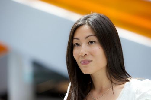 Portrait d'une femme asiatique dans une galerie marchande d'un centre commercial. Production photo par l'agence Objectif Images. | Philippe DUREUIL Photographie