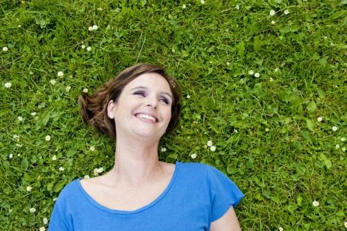 Femme allongée dans l'herbe | Philippe DUREUIL Photographie