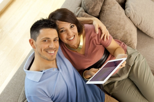 Couple sur un canapé consultant un Ipad | Philippe DUREUIL Photographie